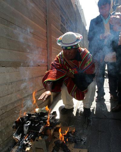 Un Kallawaya realiza un rito en honor a la Pachamama. EFE