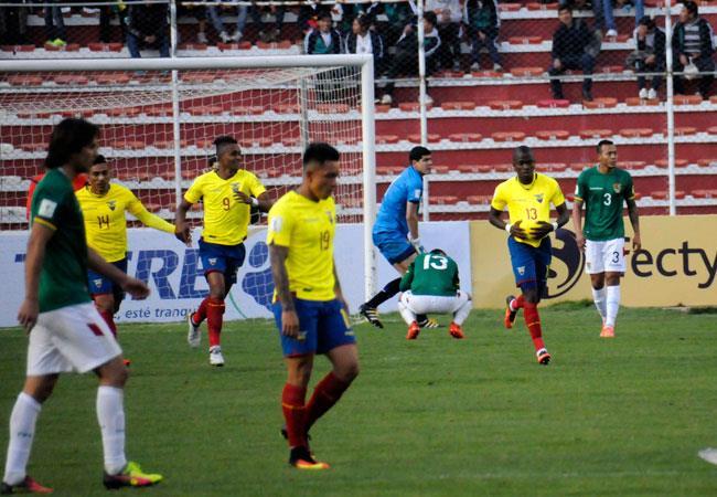 Enner Valencia (i) de Ecuador celebra el gol del empate ante Bolivia. ABI